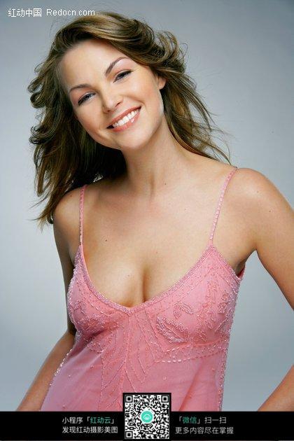 穿着粉红色吊带背心的性感外国美女图片