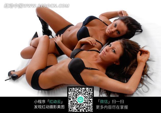 两个内衣外国女模特图片