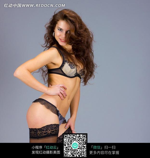 叉腰性感蕾丝外国美女图片
