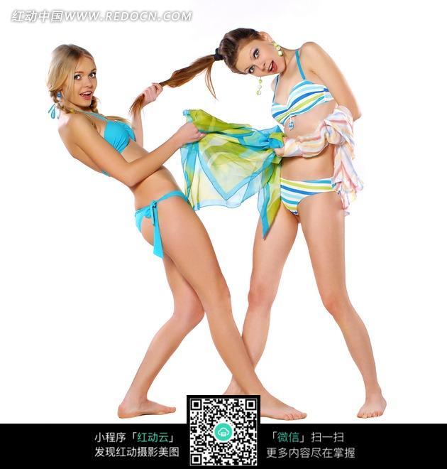 两个拉扯的外国美女比基尼照图片