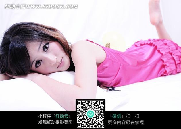 趴在床上穿着粉色衣服的美女图片