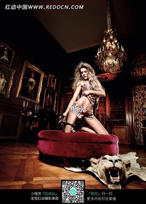 豪华欧式室内红色沙发上的性感外国美女图片