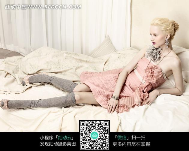 半躺在床上的粉裙国外美女图片