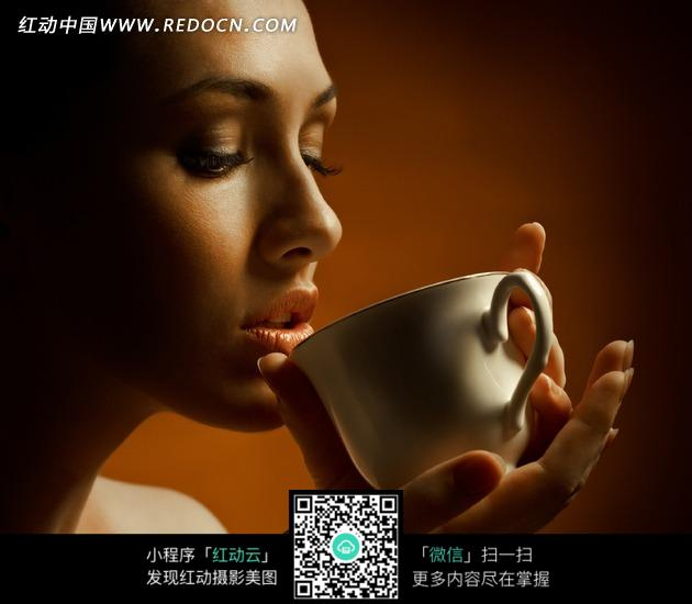 喝咖啡的美女侧面图片