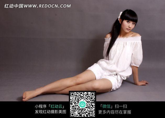 坐在地上白色裙子美女图片