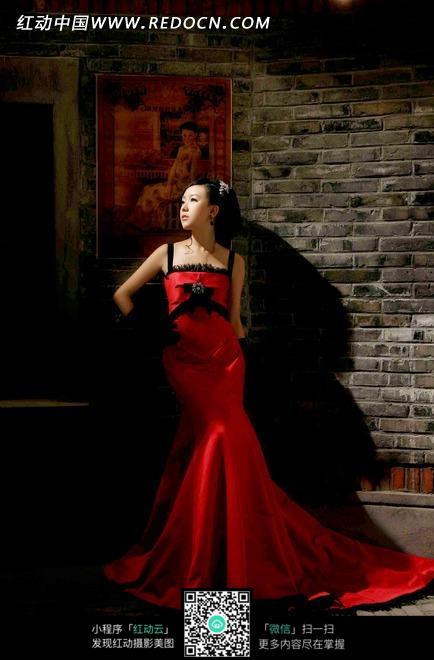 靠在砖墙红色礼服裙美女图片-人物图片素材|图