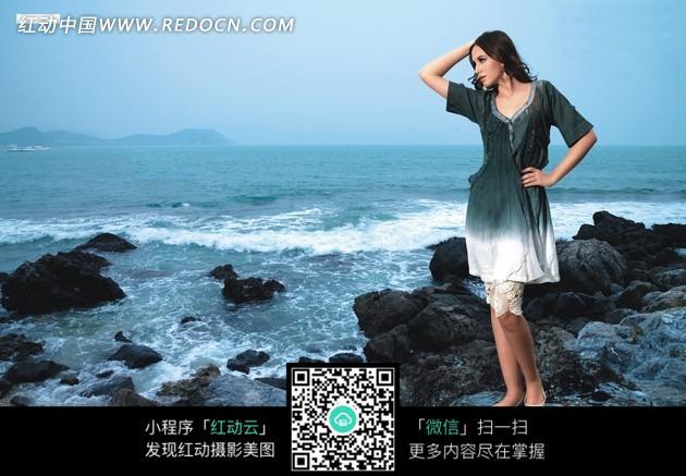 站在礁石看大海的美女图片