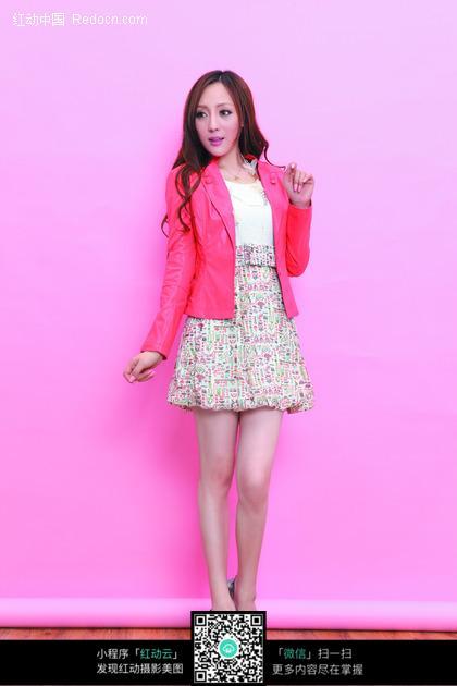 穿着碎花短裙粉红行政西服的长发美女图片