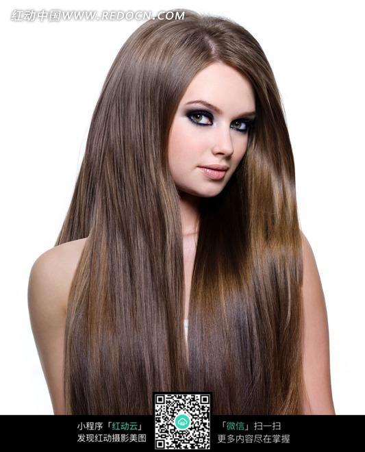 歪头看镜头金色长发的美女图片