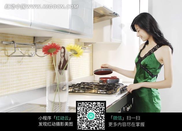 做饭的美女图片