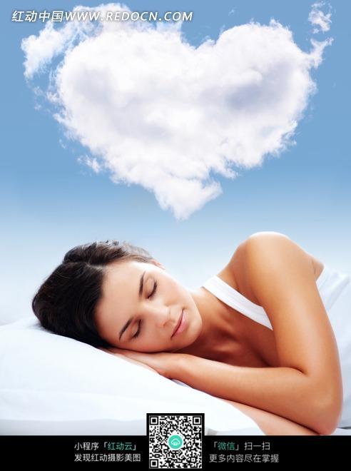 心形白云睡在枕头上的美女图片
