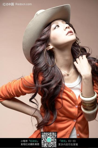 伤感侧面美女囹�a�i-9`�_戴帽子抬头的性感美女图片