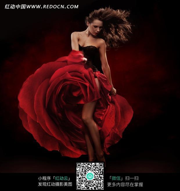 红色 女士 长裙/穿着红色长裙的的女士