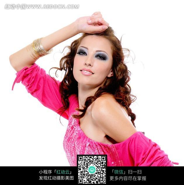 穿着粉色衣服飞卷发美女图片