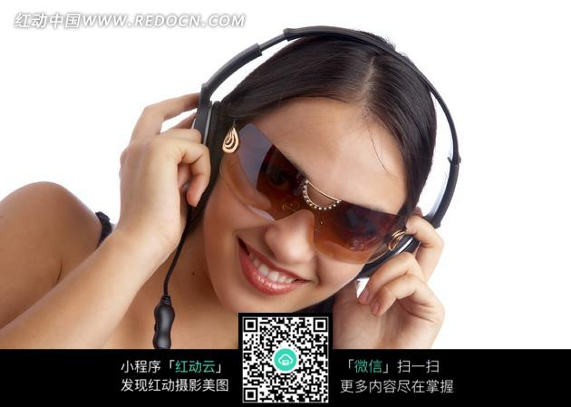 戴耳机墨镜的美女图片