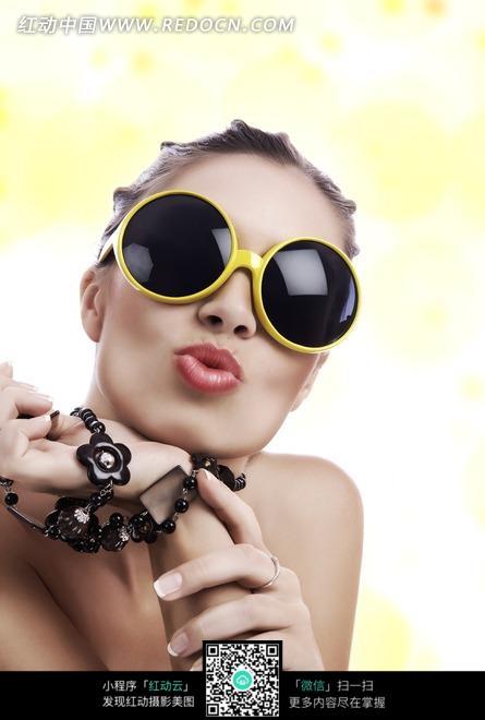 戴墨镜休闲装的金发美女