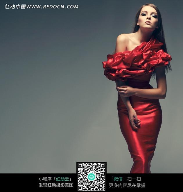 穿着红色长礼服的美女模特图片