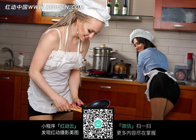 厨房内正在做饭的两个性感美女图片