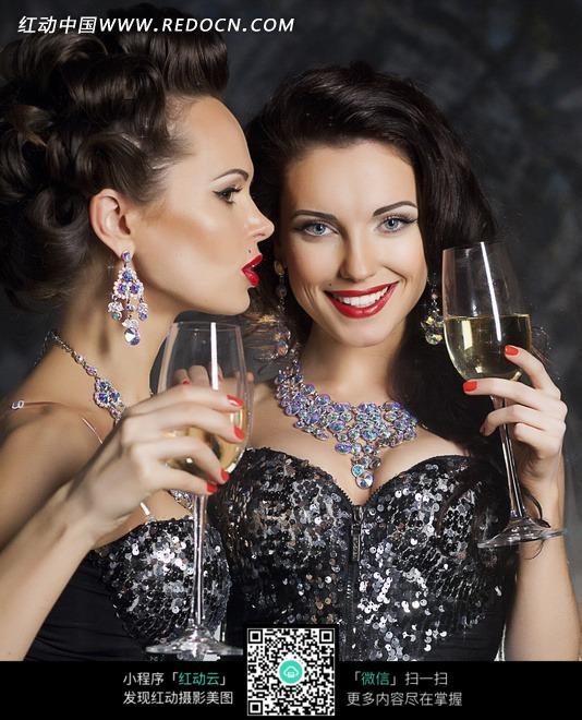 端着酒杯说笑的两个性感国外美女图片