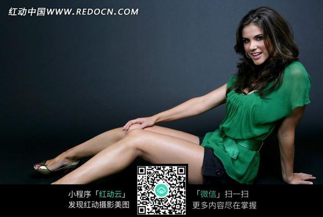 左手撑地坐着的外国美女图片