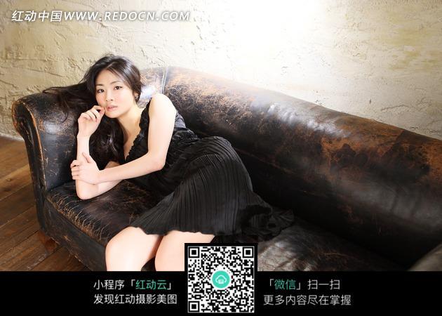侧躺在沙发上的美女图片