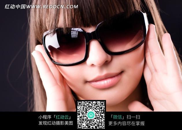 戴墨镜漂亮美女脸部图片
