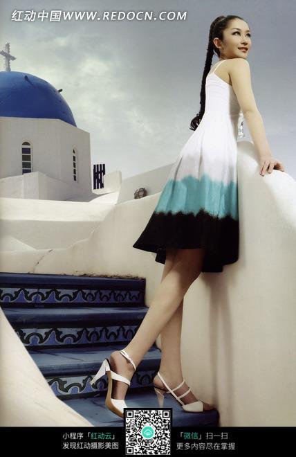 白色栏杆前穿着长裙的美女图片