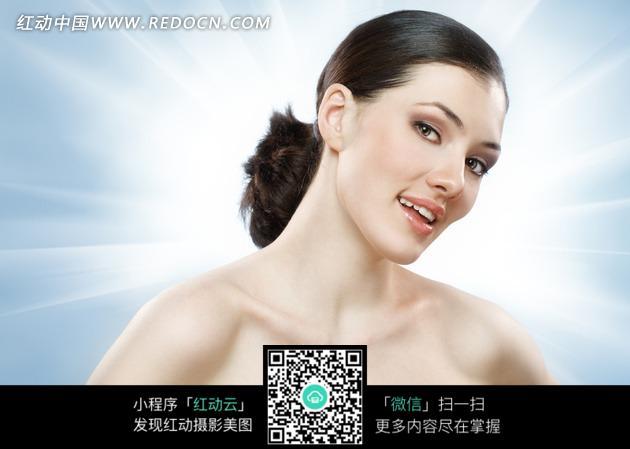 侧脸微笑的国外美女图片