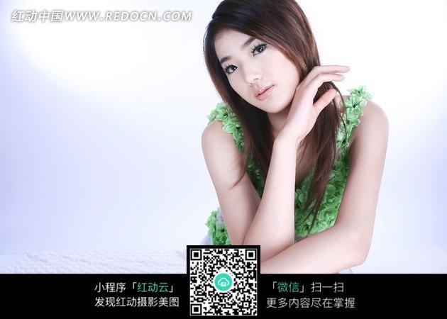 穿着绿色服装的长发美女图片