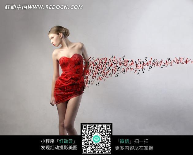 墙壁上的英文字母和红色礼服美女图片
