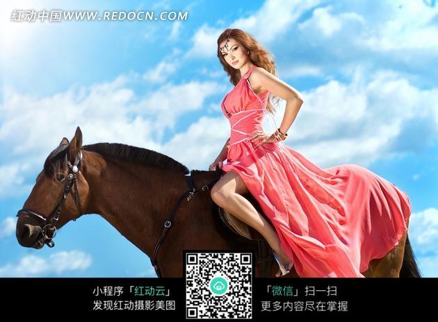 穿着裙子骑马的长发美女图片