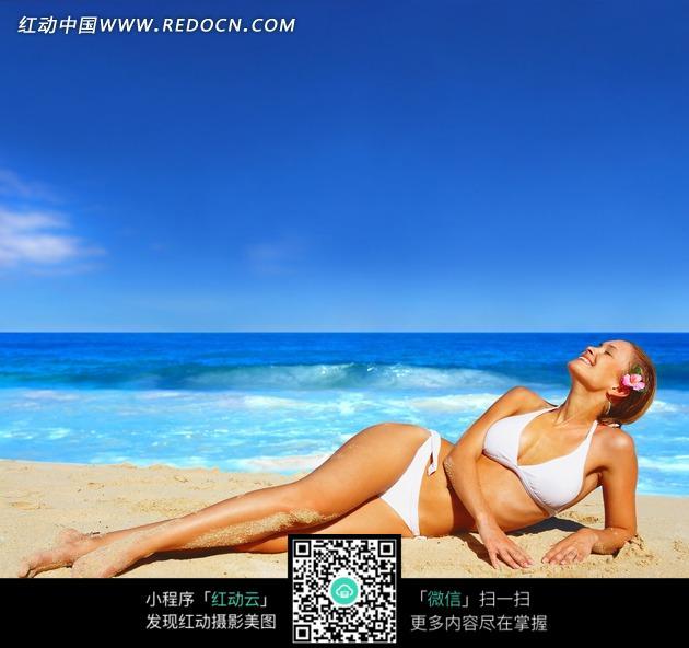 躺在沙滩上晒太阳的比基尼美女图片