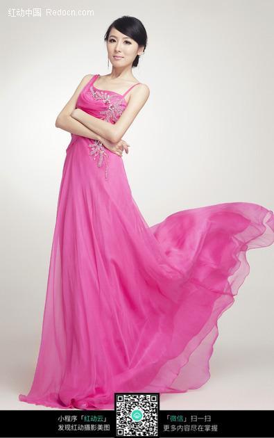 穿着粉色长裙的高挑美女图片