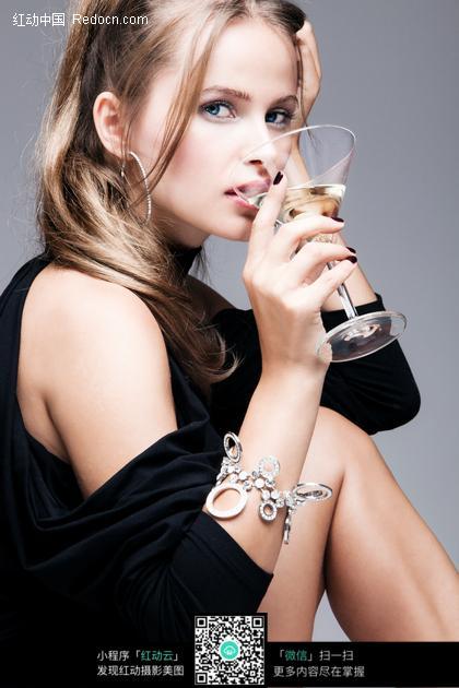 坐着喝鸡尾酒的美女图片