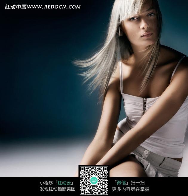 穿着白色内衣的白发女人图片