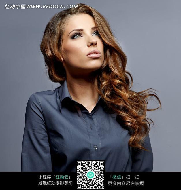 穿墨蓝色衬衫的外国美女图片