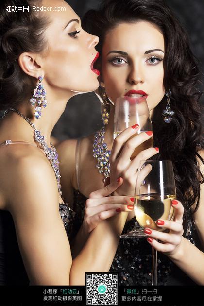 拿着酒杯妖媚的两个性感美女图片