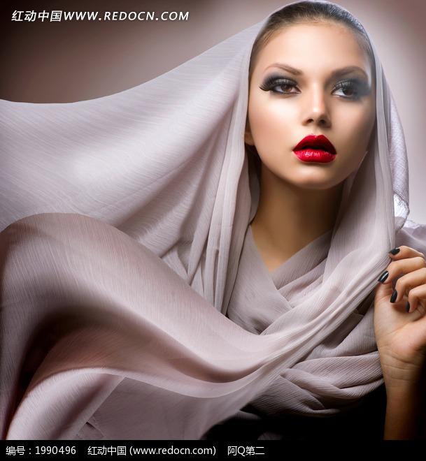 轻纱包头的外国美女