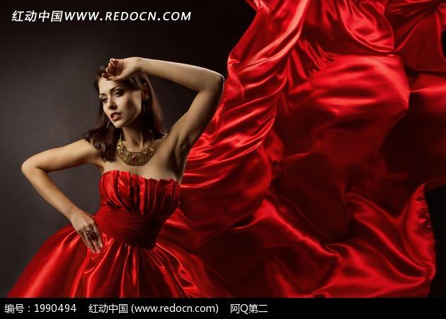 美女 长裙/舞动裙摆的红色长裙美女