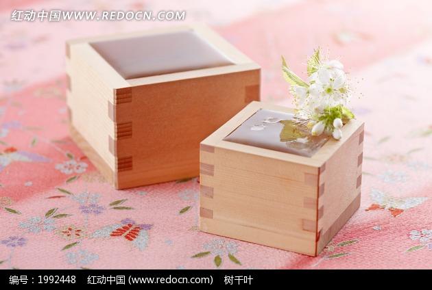 小木头盒子内的白色花朵图片
