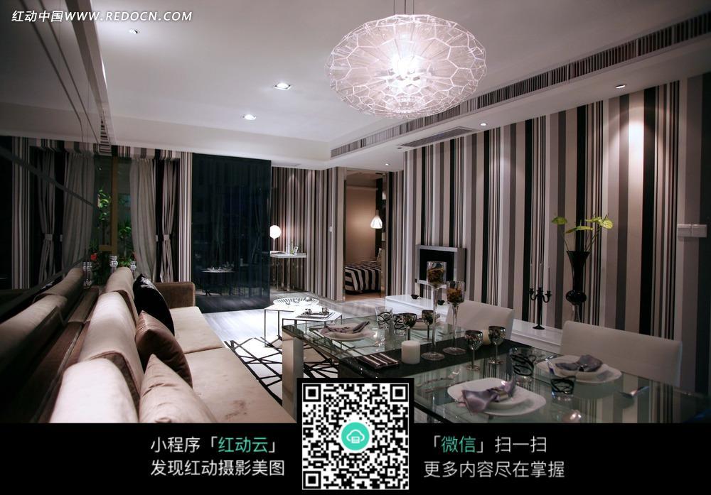 餐厅里的玻璃餐桌和沙发_室内设计图片