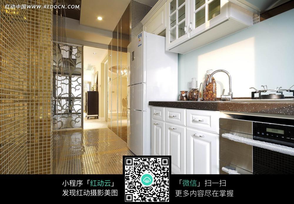 厨房里的冰箱和厨柜图片_室内设计图片