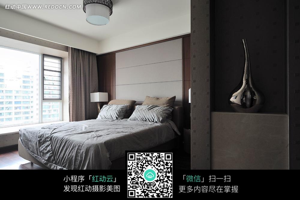 时尚  房间 双人床  窗子  窗帘  抱枕 台灯  室内设计 摄影图片
