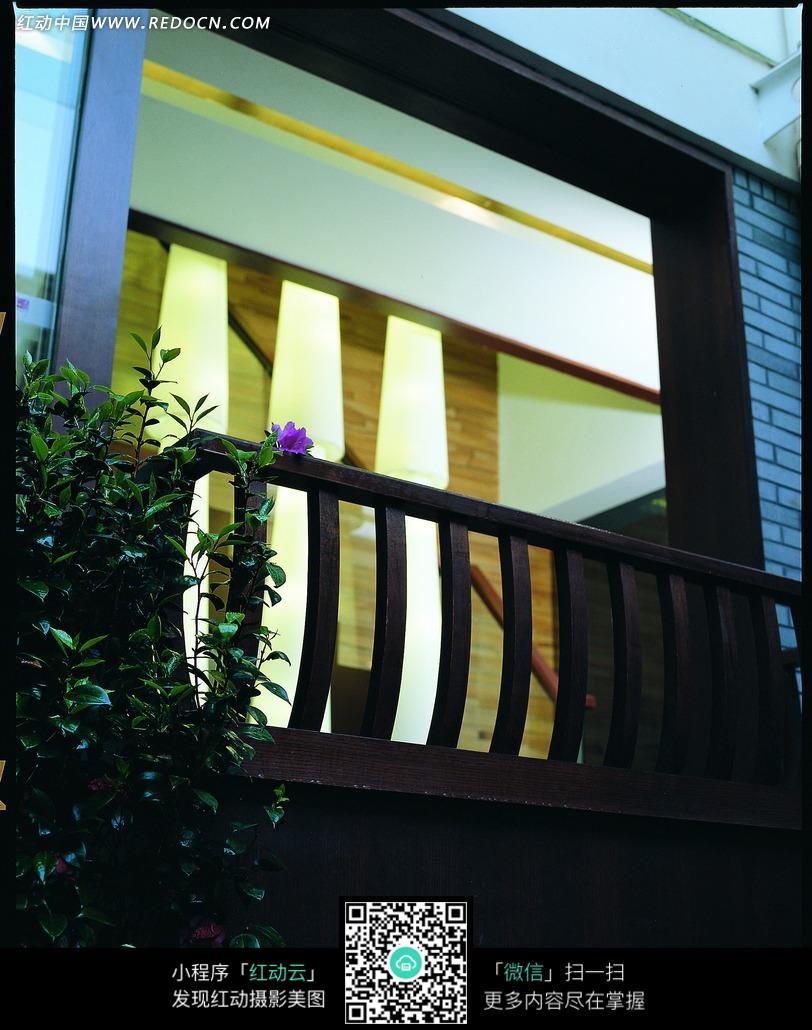 阳台上的木质栏杆和绿色植物图片_室内设计图片
