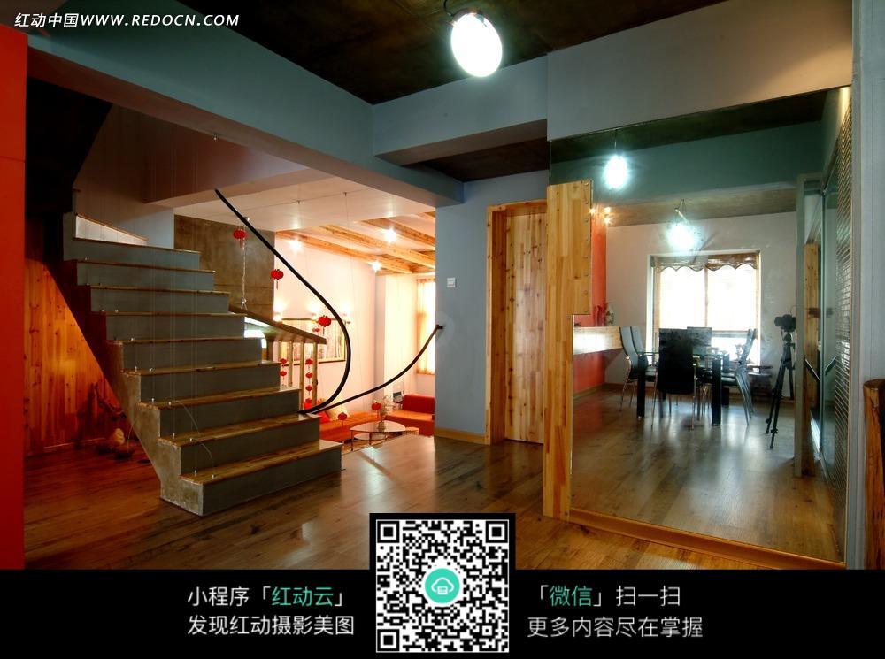 木地板大厅内的镜子和楼梯图片