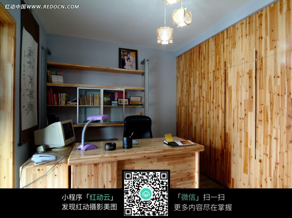 木质装饰书房内的原木书桌和电脑书架图片