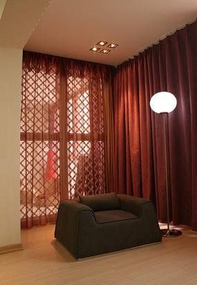 落地台灯 欧式沙发和台灯家具摄影图片 白色沙发上和整齐的靠垫和墙角