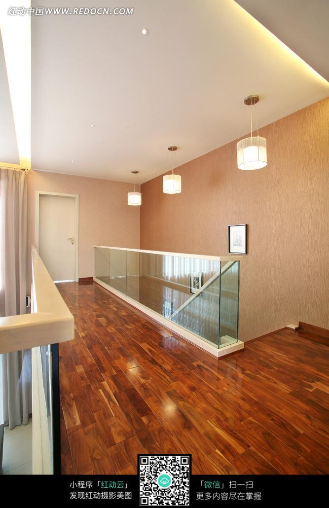 木地板装饰的楼梯口和玻璃栏杆图片_室内设计图片