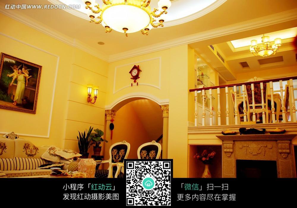 装饰着精美水晶吊灯的跃层建筑和现代家具图片