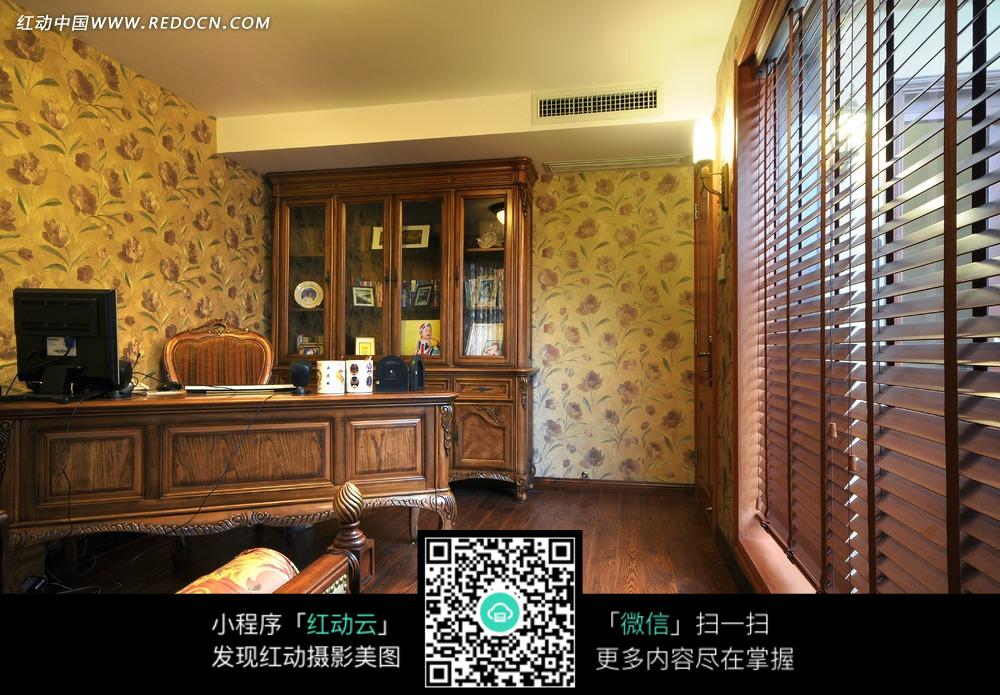 木质豪华书房内的精致书桌和书柜